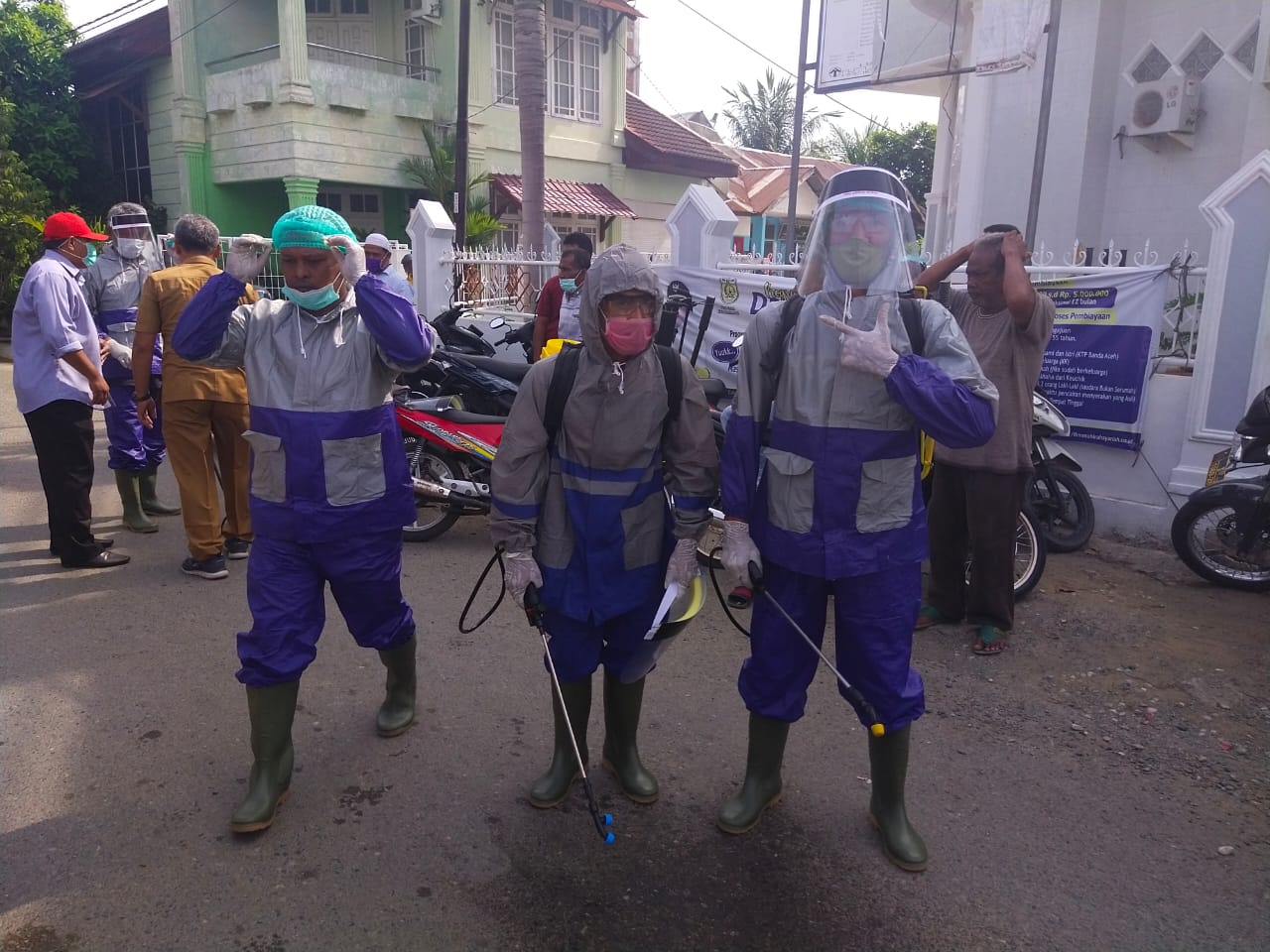Relawan Penyemprot Disinfektan Gampong Mulia